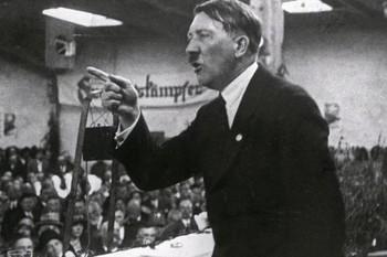Adolf Hitler hät eine Rede. Das Foto entstand um 1925.jpg