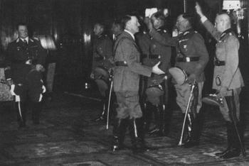 Adolf Hitler mit OKW Offiziere.jpg