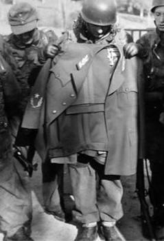 Alcuni paracadutisti dell' SS Fallschirmjäger Battaillon 500 con la giacca del maresciallo Tito.jpg