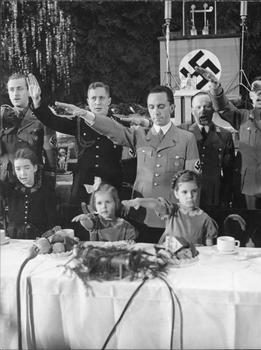 Berlin,_Joseph_Goebbels_mit_Kindern_bei_Weihnachtsfeier.jpg