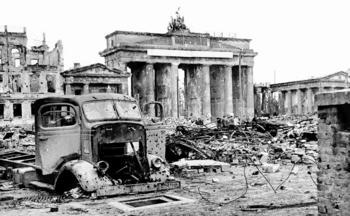Brandenburg Gate 1945.jpg