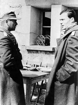 Claus Schenk Graf von Stauffenberg (rechts) im Frühjahr 1943 in Tunesien im Gespräch mit Friedrich von Broich,.jpg