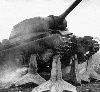 Танк ИС-2 преодолевает бетонные противотанковые.jpg