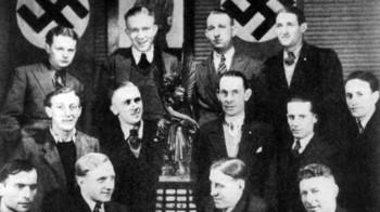 Der Deutsche Meister des Jahres 1935, Schalke 04, posiert mit der Viktoria.jpg
