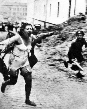 Eine Frau flieht während eines Pogroms in Lwow.jpg