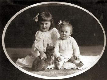 Eva and her sister Ilse (1908 - 1979) in a childhood photo from 1913.jpg
