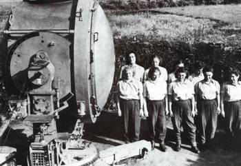 Flakhelferinnen am 150cm Scheinwerfer.jpg