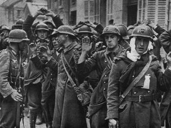 Französische Gefangene werden gesammelt.jpg