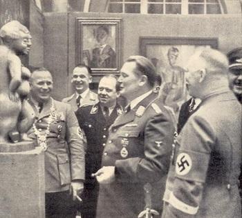 Göring vor einer Skulptur in der Ausstellung Entartete Kunst in Dresden..jpg