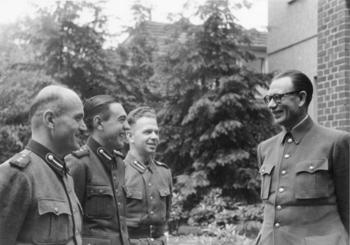 General_Andrej_Wlassow_mit_russischen_Freiwilligen.jpg