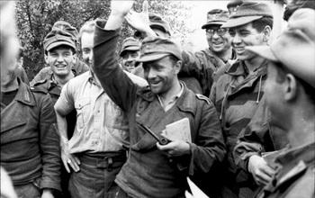 German_soldiers_received_feldpost.jpg
