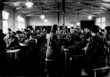 Häftlinge des KZ Ravensbrück in der Schneiderei des Lagers.jpg