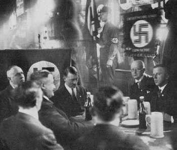 Hitler avec les vieux combattants en février 1929 dans le Hofbrauhaus.jpg