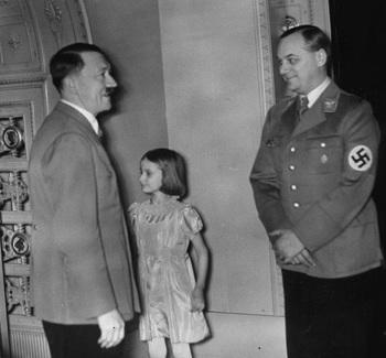 Hitler gratuliert Alfred Rosenberg zum Geburtstag, 1938.jpeg