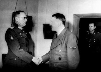 Hitler ontvangt Veldmaarschalk Ferdinand Schörner in de bunker.jpg