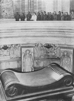 Hitler viewed Napoleon's tomb.jpg