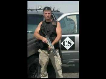 Jon Coté devant un pickup du Crescent Security Group.jpg