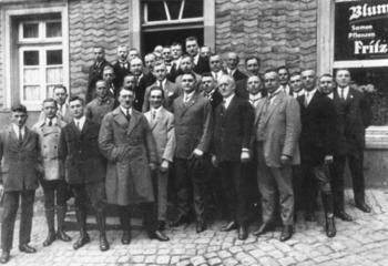 Joseph_Goebbels_pose_with_local_Nazi_Party_officials_in_Hattingen_1926_oraz_Adolf_Hitler.jpg