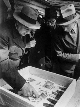 Katyn, Öffnung der Massengräber, polnische Rot-Kreuz-Mitarbeiter.jpg
