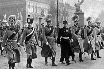 Keizer Wilhelm II paradeert met zijn zes zonen op Unter den Linden 1914.jpg