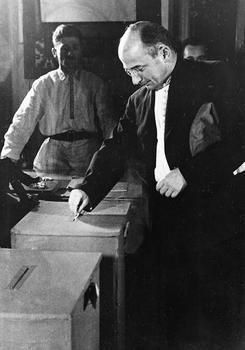 Lavrentij Berija afgiver sin stemme ved valget i Georgien i 1938.jpg