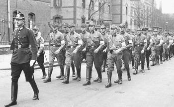 """Marsch der SA-""""Hilfspolizei"""" unter Führung eines Schutzpolizeibeamten in Düsseldorf, 1933.jpg"""