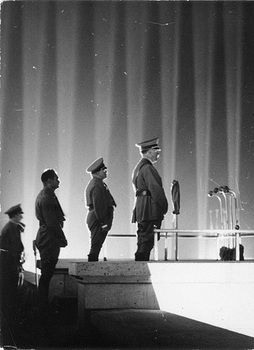 Nürnberg, Reichsparteitag, Adolf Hitler vor Lichtdom.JPG