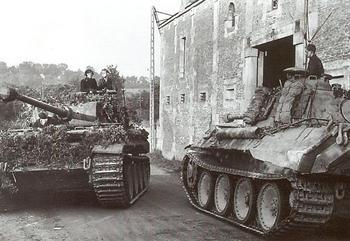 Panzer der 12.SS Panzerdivision Hitlerjugend beim Stellungswechsel.jpg