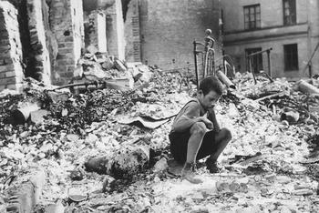 Polish_kid_in_the_ruins_of_Warsaw_September_1939.jpg