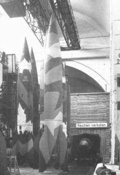Rakety V-2 pripravené na štart.jpg