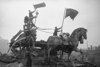 Red banner on the Brandenburg Gate.jpg
