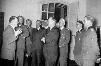 Ribbentrop und Hitler freuen sich über den Abschluss des Freundschafts und Wirtschaftsvertrages mit Stalin, inklusive seiner geheimen Zusatzabkommen.jpg
