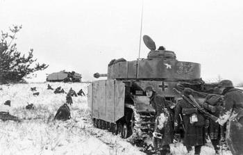 Russland,_502_Panzer_IV_und_Infanterie.jpg