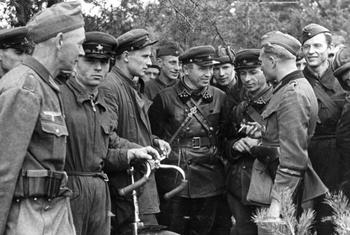 Treffen deutscher und sowjetischer Soldaten in Polen, 20. September 1939.jpg