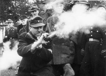 Volkssturm, Übungsschießen mit Panzerfaust.jpg