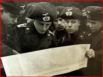 german panzertruppen panzer beret map reading discussing strategy black uniform.jpg