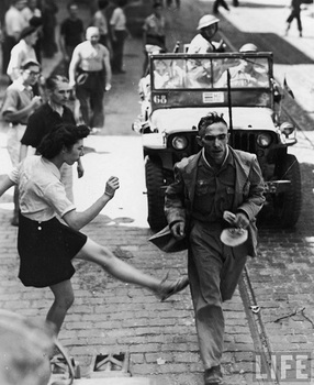 german_prisoner_kiccked_toulon_1944.jpg