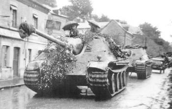 sPz Abt 654_Jagdpanther-Crew-With-Umbrellas.jpg